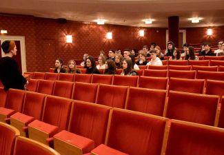 2019-20 Die Schüler/innen der 2. Klasse der HAK Landeck besuchten das Landestheater